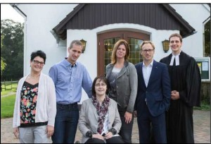 Jahrgang 1990: Nicole Lampe, geb. Weihrich, Danny Hoh- mann, Melanie Man- gels, geb. Schmidt, Daniela Kock, geb. Fohring, Jörg Rei- mers, Pastor Schröder.